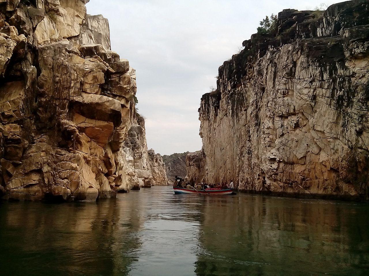 File:Marble Rocks, narmada river, jabalpur.jpg - Wikimedia ...