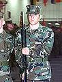 Marineinfanterist presenterer gevær.jpg
