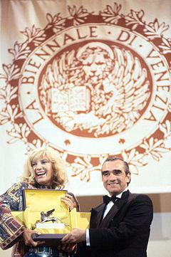 Martin Scorsese riceve da Monica Vitti il Leone d'oro alla carriera alla 52ª Mostra internazionale d'arte cinematografica di Venezia (1995)