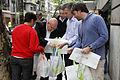 Mauricio Macri repartió bolsas verdes a clientes de supermercados en Palermo (8074716910).jpg