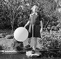 Meisje met een ballon bij een vijver, Bestanddeelnr 252-0263.jpg