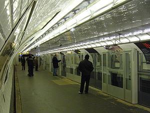 Bérault (Paris Métro) - Image: Metro Paris Ligne 1 Berault Facades de quai