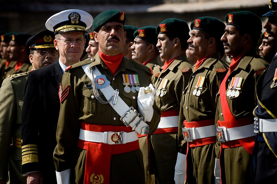 Mike Mullen reviews Pakistani troops