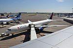N838MH Boeing 767-432ER Delta Airlines (26537344856).jpg