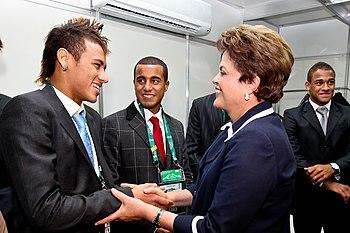 Presidenta Dilma Rousseff cumprimenta o jogado...