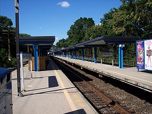 North White Plains (Metro-North station) - Northbound view of the middle track at North White Plains station from the southbound platform.