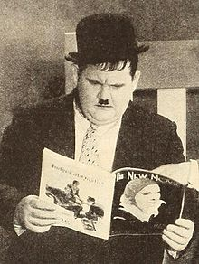 Description de l'image Oliver Hardy reading The New Movie.jpg.