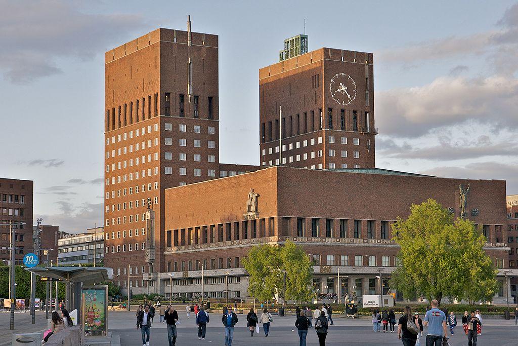 Norveška 1024px-Oslo_r%C3%A5dhus_%28by_alexao%29