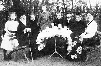 Otto Wilhelm von Struve - Struve (second left) with his family. Hermann Struve is third from the right.