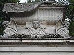 Père-Lachaise, Woman and skulls (10192852183).jpg