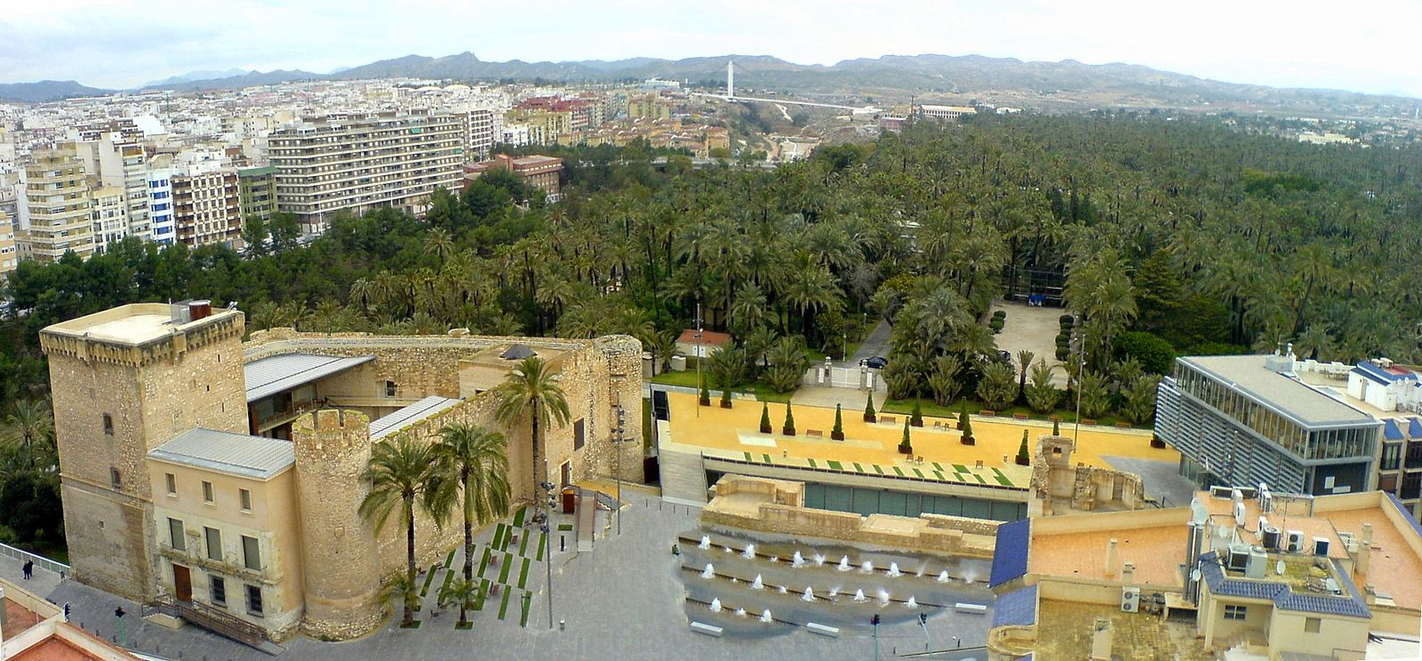 Panoramic view of Elche from the Basilica de Santa Maria: the Altamira Castle is to the left, next to the Municipal Park. Panoramica Elche.JPG