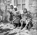 Pred gostilno v Laborju (otroci in gospodinja) 1950.jpg