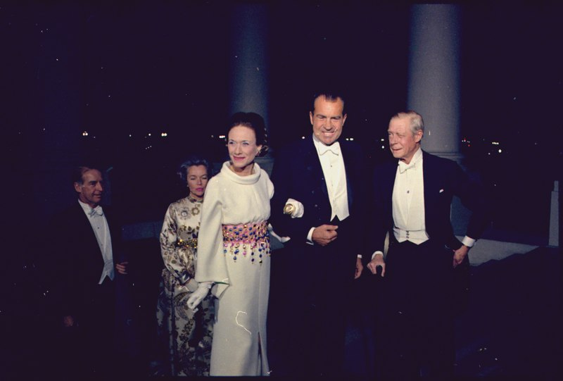 File:President Nixon greets the Duke and Duchess of Windsor - NARA - 194310.tif