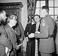 Prinses Juliana en prins Bernhard in gesprek met gasten tijdens een receptie, Bestanddeelnr 252-1995.jpg