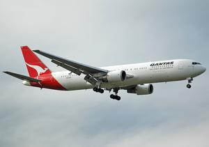 Qantas Boeing 767-300ER VH-OGA MEL 2004-9-19.png