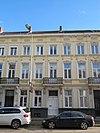 foto van Huis met gepleisterde en geornamenteerde lijstgevel, en met balcons boven de voordeuren