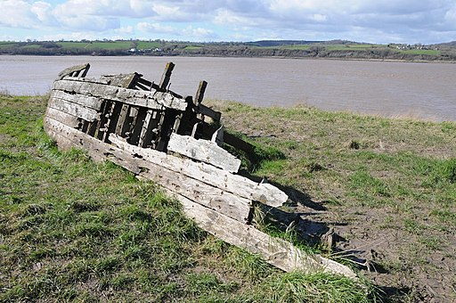 Remains of a wooden barge (geograph 3908853)
