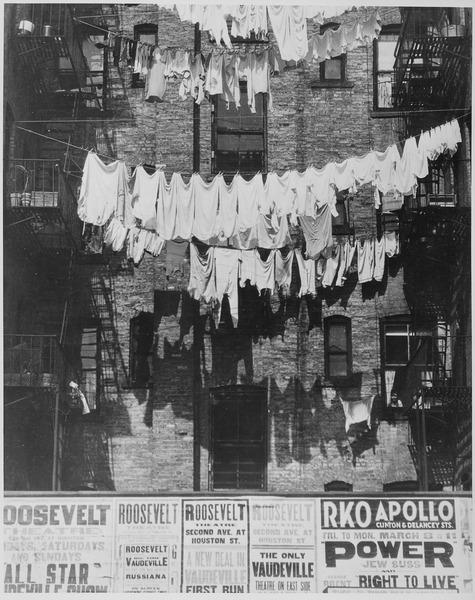Draussen aufgehängte Wäsche in New York 1935 - Quelle: WikiCommons
