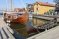 Sæheimr (Fjørtoftbåten) 2016 Saga Farmann (Klåstadskipet) 2018 Viking ship replicas Fore bow Stempost Strakes Mast Harbour Havn Pier Board walk Dock Brygga Tønsbergs Blad Kaldnes bro footbridge Tønsberg Norway 2019-08-26 05090.jpg