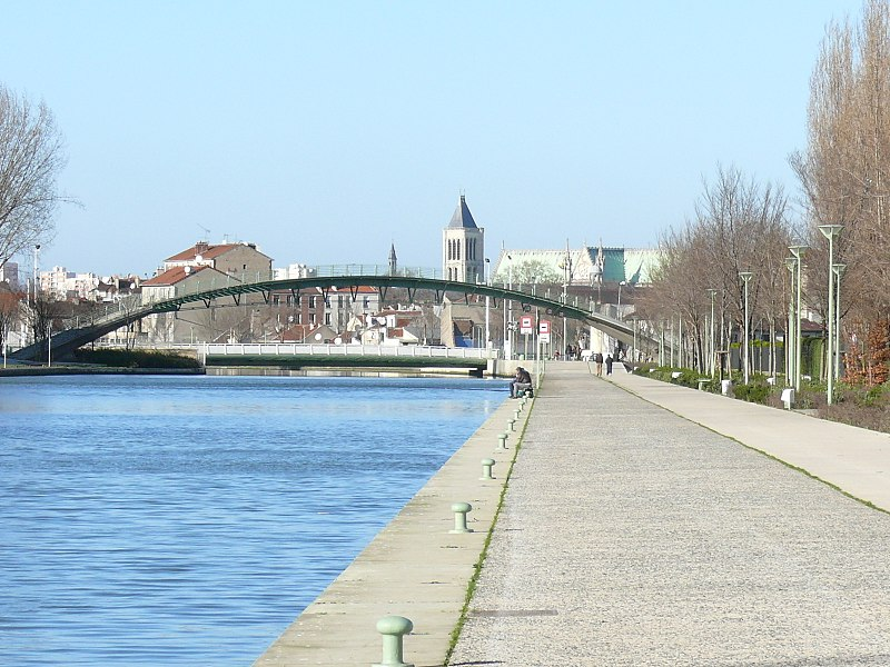 SAINT-DENIS - Canal St Denis, Pont Tournant & Basilique.JPG