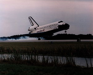 STS-74 - Atlantis touches down at the Shuttle Landing Facility at the end of STS-74