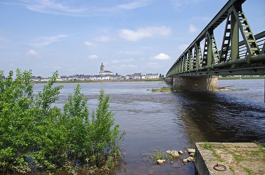Saint-Mathurin-sur-Loire (Maine-et-Loire).  Le pont, qui relie Saint-Rémy-la-Varennes à Saint-Mathurin-sur-Loire, remplace un pont suspendu construit en 1847.  Ce nouveau pont , construit de 1951 à 1954, est un pont en treillis métallique (acier). Ce pont routier (D55) est un pont poutre de type Warren avec montants.  Le constructeur, l'entreprise Baudin Châteauneuf, est née en 1919 grâce au rapprochement d'un entrepreneur (Basile Baudin) et d'un ingénieur spécialiste des ponts (Georges Imbault). L'entreprise fut fondée à Châteauneuf-sur-Loire elle y a toujours son siège.
