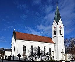 Verputzte Saalkirche mit getreppter Blendengliederung am Giebel, eingezogenem Polygonalchor und südlichem Chorflankenturm mit Spitzhelm über Dreiecksg...