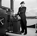 Schipper Anton Rieb van de Damco 9 bij de scheepstelegraaf, vermoedelijk in Wes…, Bestanddeelnr 254-1360.jpg