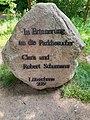 Schlosspark Lützschena Gedenkstein C.u.R. Schumann.jpg