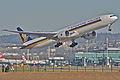 Singapore Airlines Boeing 777-300ER; 9V-SWE@ZRH;30.01.2007 450ee (7211778458).jpg