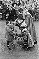 Sinterklaas en Zwarte piet overhandigen op de Dam kadootjes aan een drietal kin…, Bestanddeelnr 919-8036.jpg