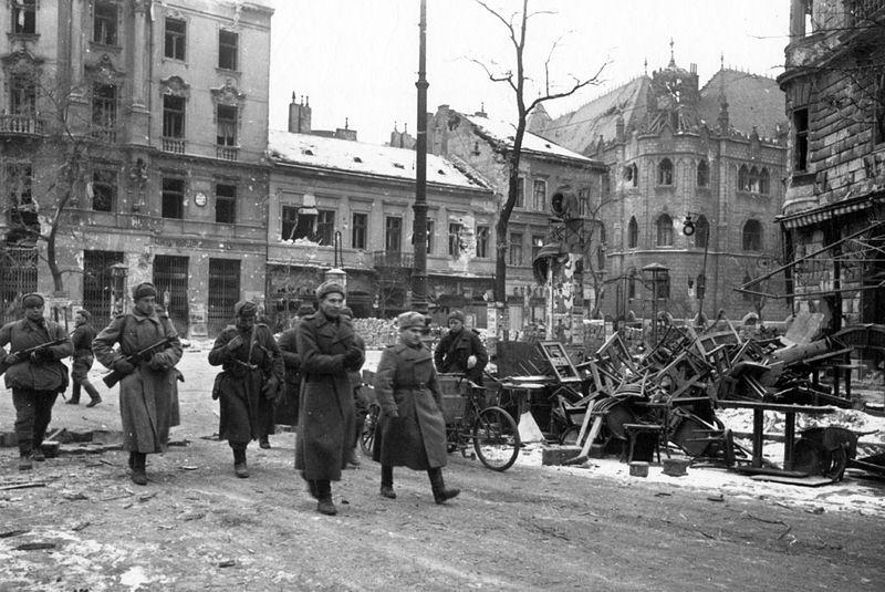 Fájl:Soviet soldiers in Budapest 1945.jpg