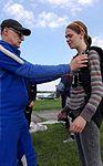 Sprawdzanie ucznia-skoczka przed skokiem ze spadochronem 2016.06.04 (01).jpg