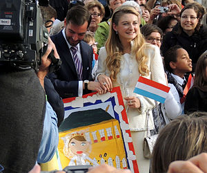 Wedding of Guillaume, Hereditary Grand Duke of Luxembourg, and Countess Stéphanie de Lannoy - The couple after their civil wedding, receiving children's paintings.