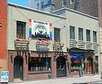 Stonewall Inn 2012 mit Gay-Pride-Flaggen und banner.jpg