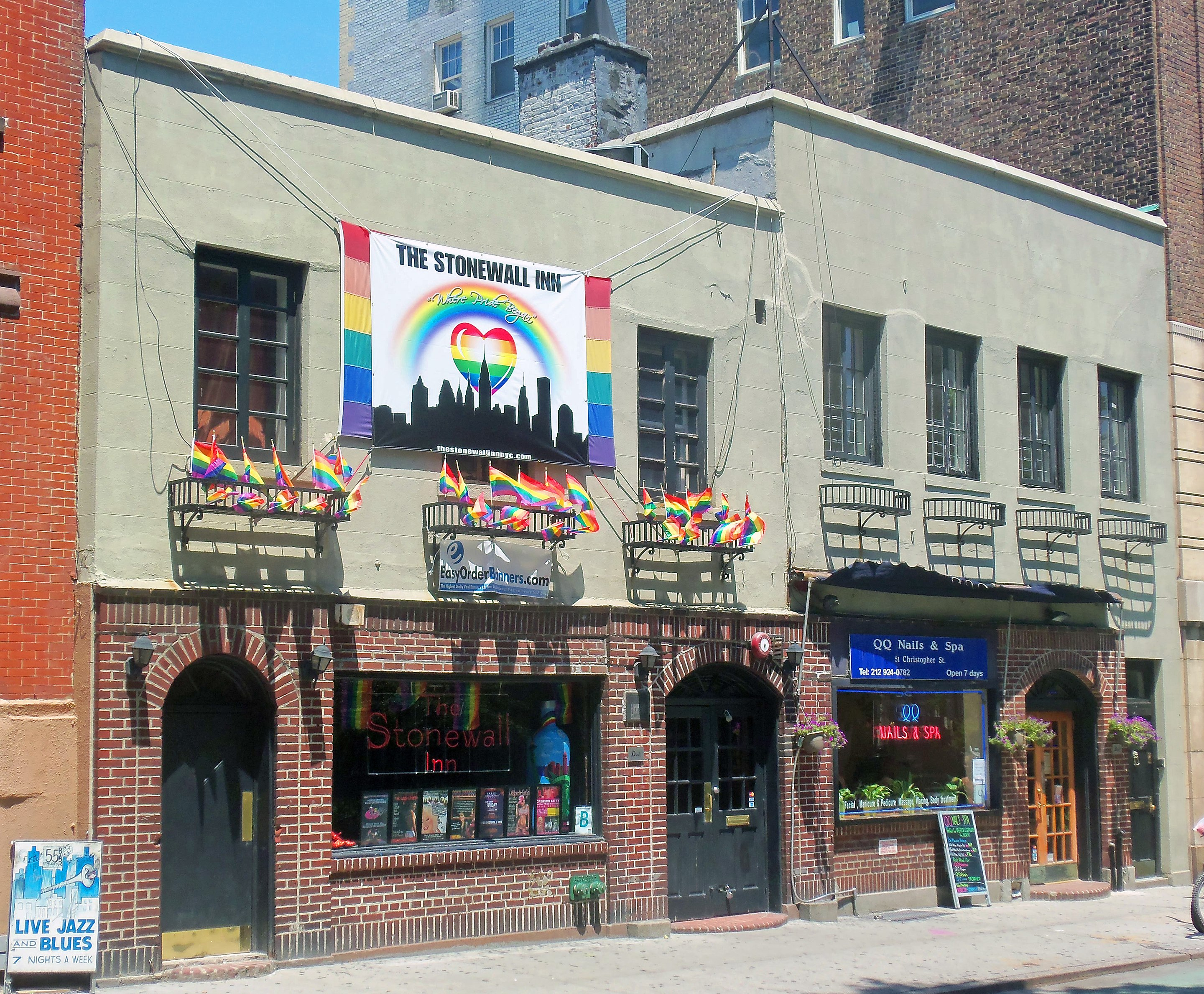 https://upload.wikimedia.org/wikipedia/commons/thumb/b/b2/Stonewall_Inn_2012_with_gay-pride_flags_and_banner.jpg/2880px-Stonewall_Inn_2012_with_gay-pride_flags_and_banner.jpg