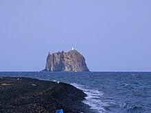 Strombolicchio sullo sfondo di una spiaggia di Stromboli