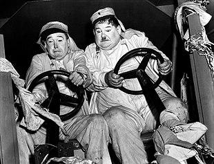 Stanlio e Ollio (Stan Laurel a sinistra e Oliver Hardy a destra) nel film I diavoli volanti (The Flying Deuces), girato nel 1939