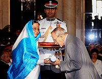 The President, Smt. Pratibha Devisingh Patil presenting Padma Vibhushan Award to Shri Ebrahim Hamed Alkazi at the Civil Investiture Ceremony-I, at Rashtrapati Bhavan, in New Delhi on March 31, 2010.jpg