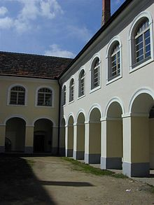 The courtyard of castle in Louňovice pod Blaníkem.jpg