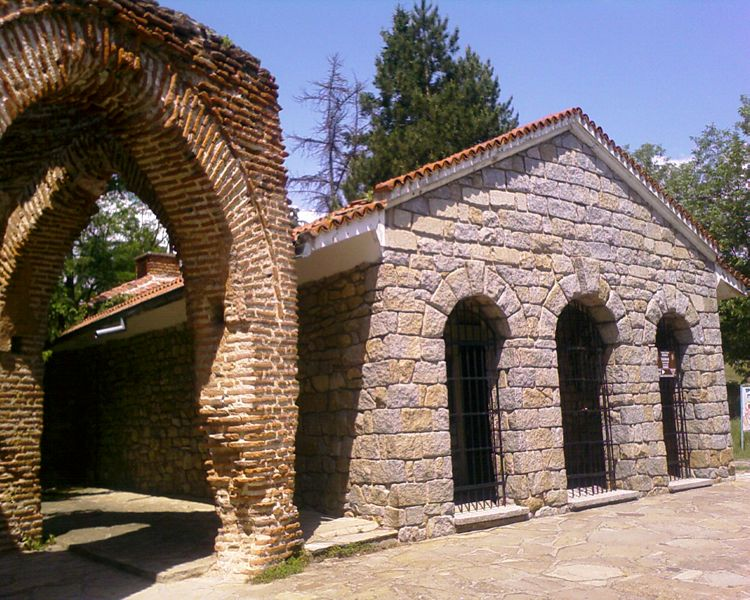 Файл:The thracian tomb in Kazanlak from outside.jpg