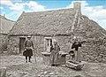 Tirage de l'eau du puits devant la vieille maison en Bretagne.jpg