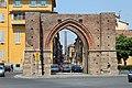 Torre degli Asinelli attraverso Porta Maggiore - panoramio - Carlo Pelagalli.jpg