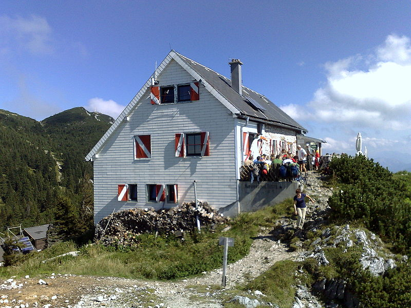 File:Traunstein Naturfreundehütte 2.jpg