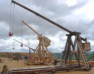 Siege engine using long arm to throw projectiles