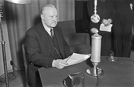 Finnish Foreign Minister Vaino Tanner reading the terms of the peace treaty on the Finnish radio at noon on 13 March 1940. Ulkoministeri Vaino Tanner lukee Moskovan rauhan ehdot 13.3.1940.jpg