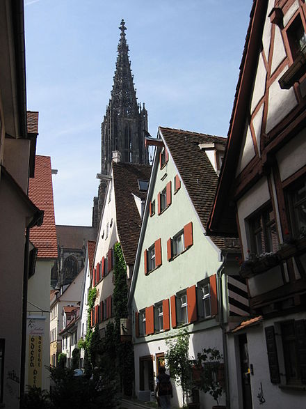 Ulm: View through Rabengasse towards the minster Ulm Rabengasse.jpg