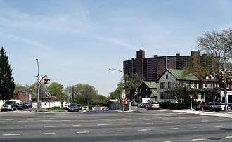 Union Turnpike (New York) - Union Turnpike crosses Woodhaven Boulevard and goes under the LIRR Rockaway Beach Branch