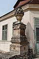 Váza na pilíři v opěrné zdi zámecké zahrady 2.jpg