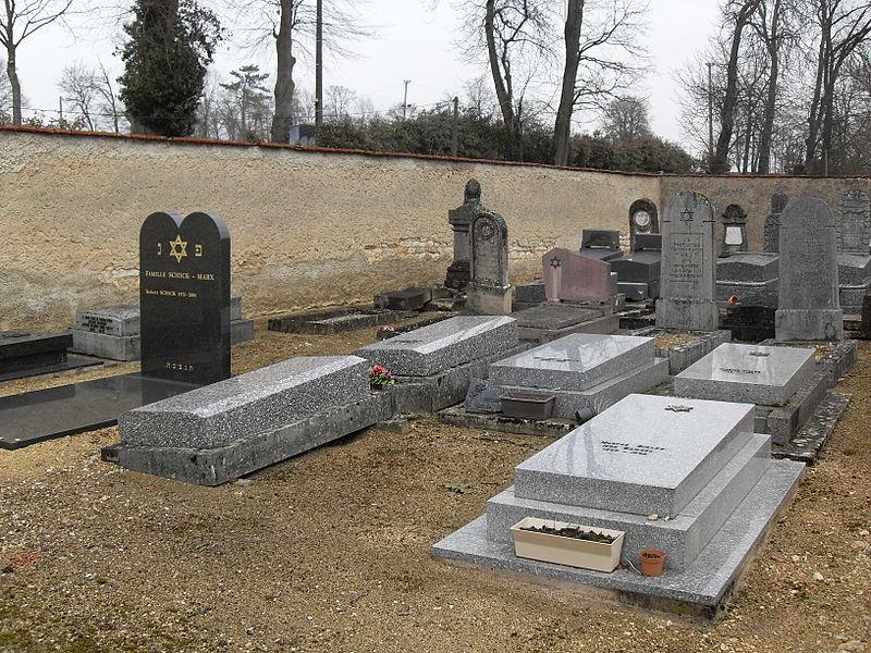 Cimetière Israélite de Vaucouleurs Meuse (55) Parmi les tombes les plus récentes, il en est une qui date de 2004